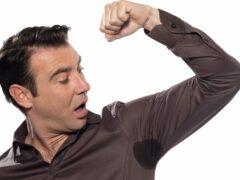 Почему мужчина сильно потеет и что делать?