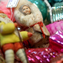 «Выросли на стеклянных и живы до сих пор»: почему растет спрос на советские елочные игрушки?