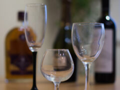Взболтать, но не смешивать: врачи рассказали, с какими продуктами категорически нельзя употреблять алкоголь